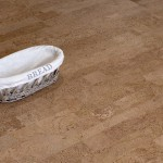 Schale auf Korkboden