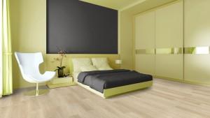 Schlafzimmer mit hellem Boden und grüner Wand