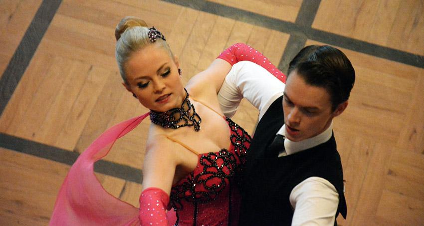 Paar tanzt bei einem Wettbewerb auf Parkettboden