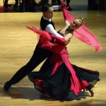 Paar tanzt in Wettbewerb auf Parkett
