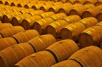 Eichenholzfässer mit Whisky