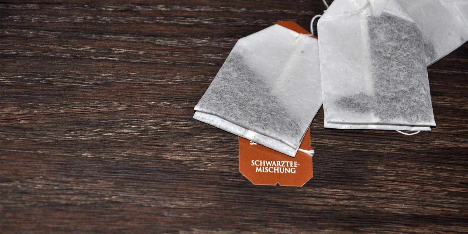 Schwarzer Tee zu Pflege von dunklen Holzmöbel
