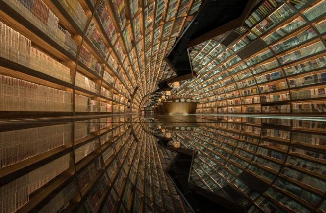 Schwarzer Spiegelboden und gewölbten Regale lassen einen chinesischen Buchladen wie ein Tunnel von Büchern aussehen.